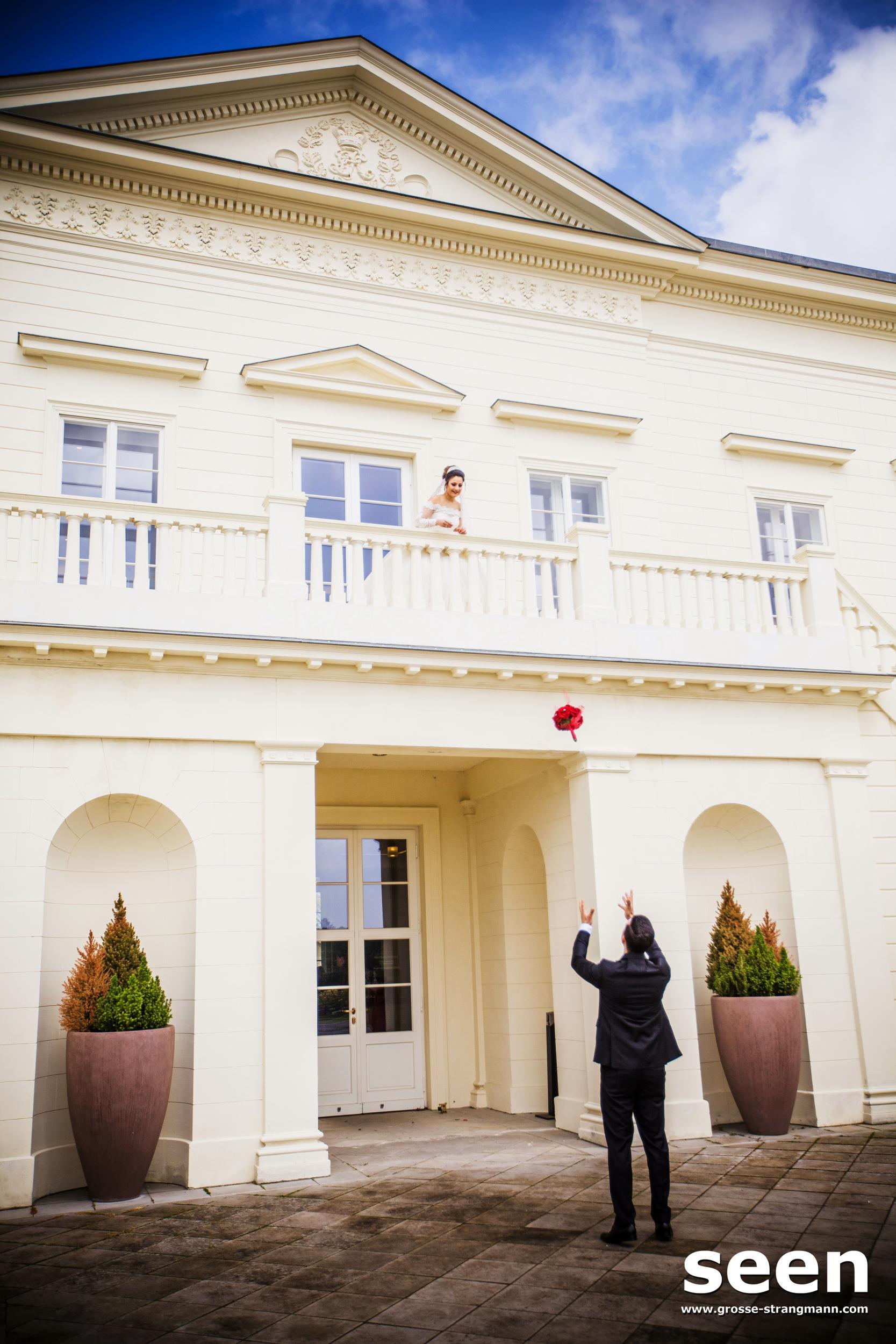 Braut schmeisst Strauss