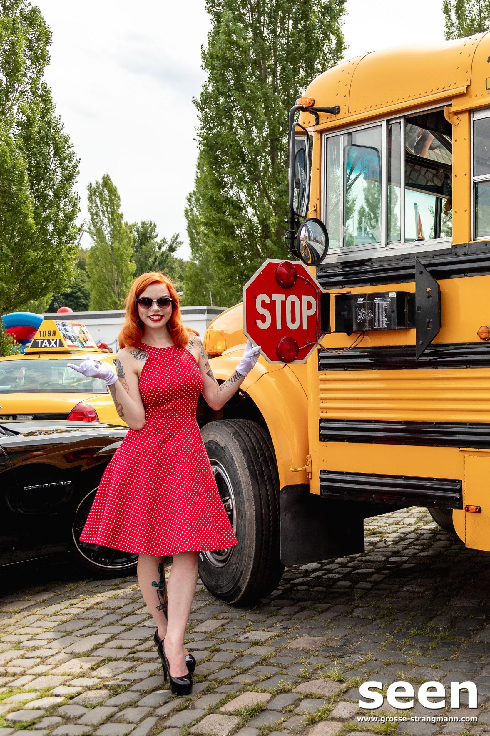 Amerikanischer Schulbus mit Model in Hannover